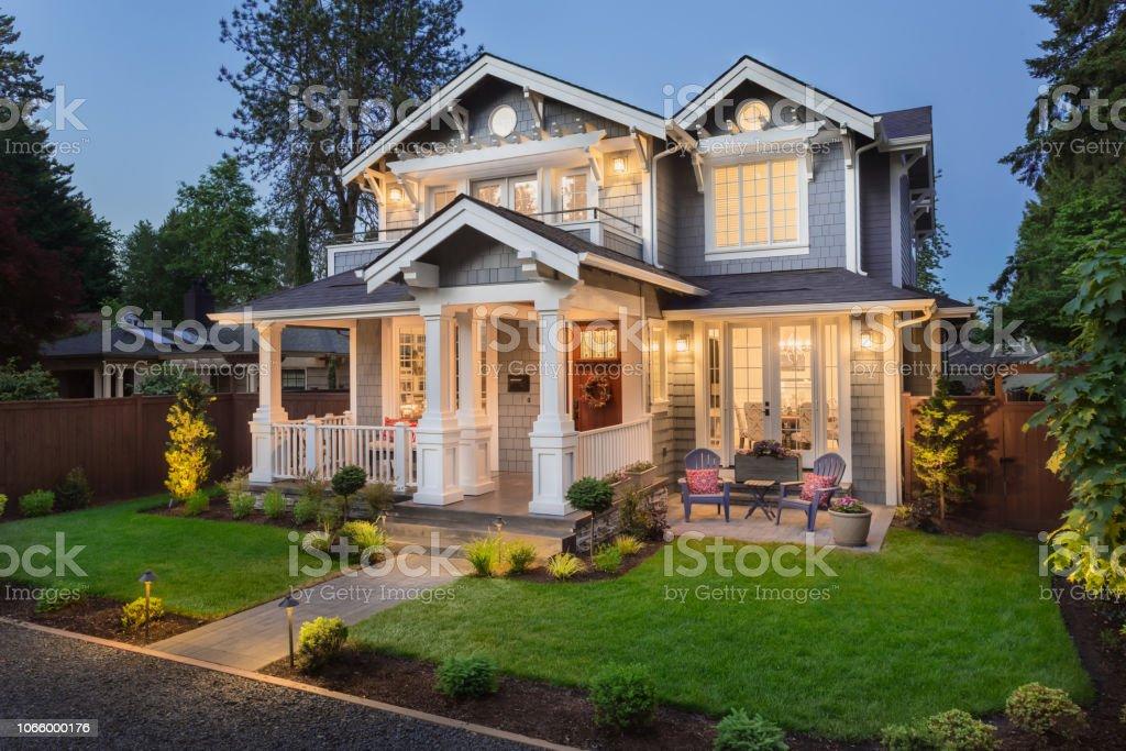 Exterior casa hermosa de lujo en el crepúsculo foto de stock libre de derechos