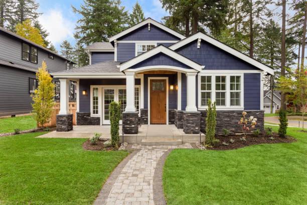 linda casa de luxo exterior com grama verde e ajardinado pátio - edifício residencial - fotografias e filmes do acervo