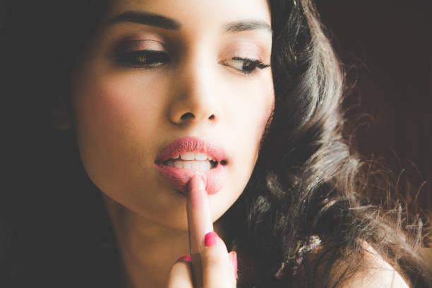 schöne luxus junge frau nackt rosa lippen lipliner zuweisen. nahaufnahme schuss und make-up kosmetik von frau ihre lippen lippenstift aufsetzen. - labello stock-fotos und bilder
