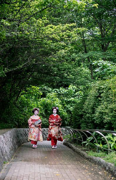 beautiful maiko girls outdoors - natürliche make up kurse stock-fotos und bilder