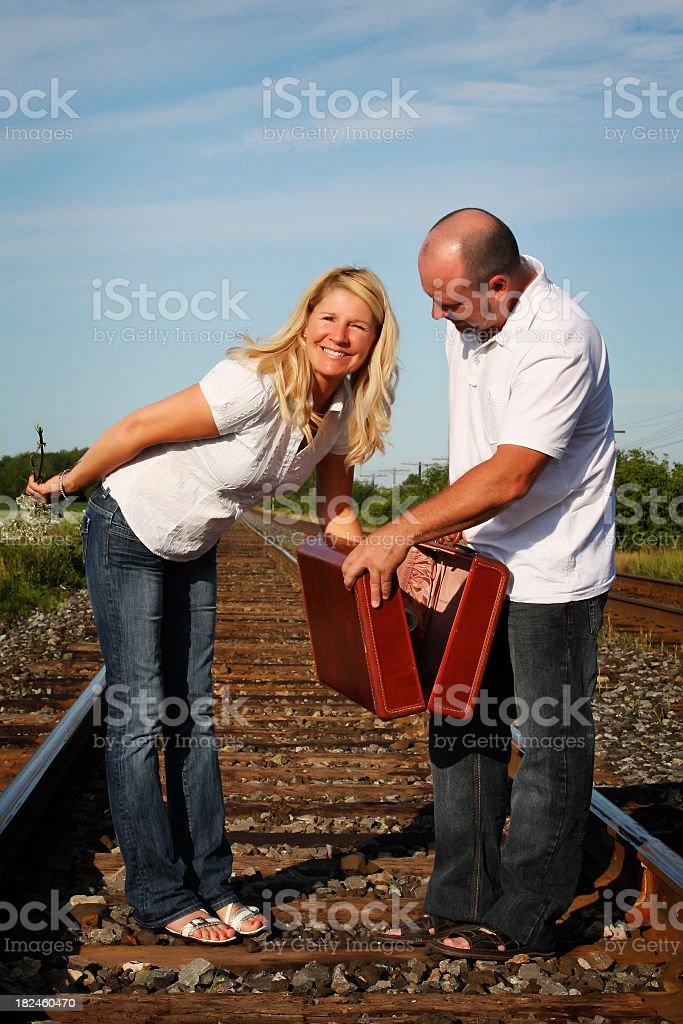 Belo Homem e mulher em uma estrada de ferro foto royalty-free