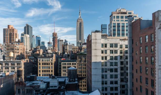belle vista skyline de manhattan en hiver - new york photos et images de collection