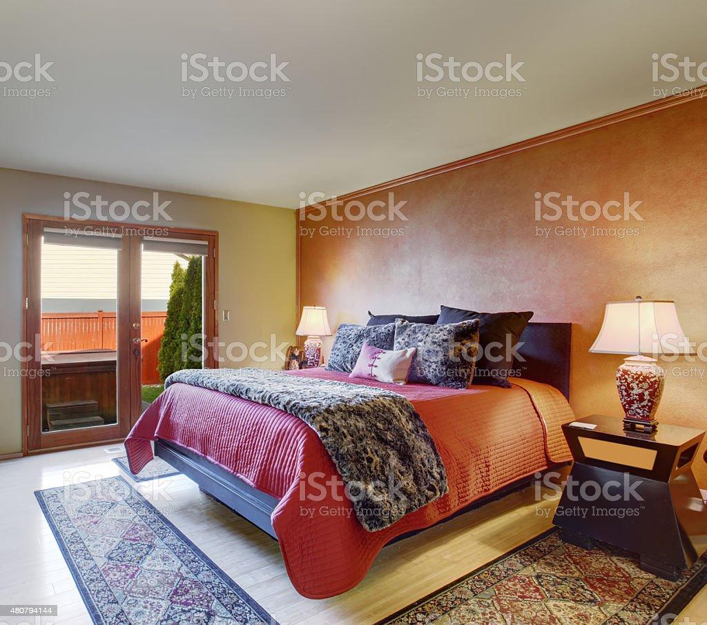 Schönes Großes Schlafzimmer Mit Rot Bettwäsche Und Beige Wände Stockfoto  und mehr Bilder von 2015
