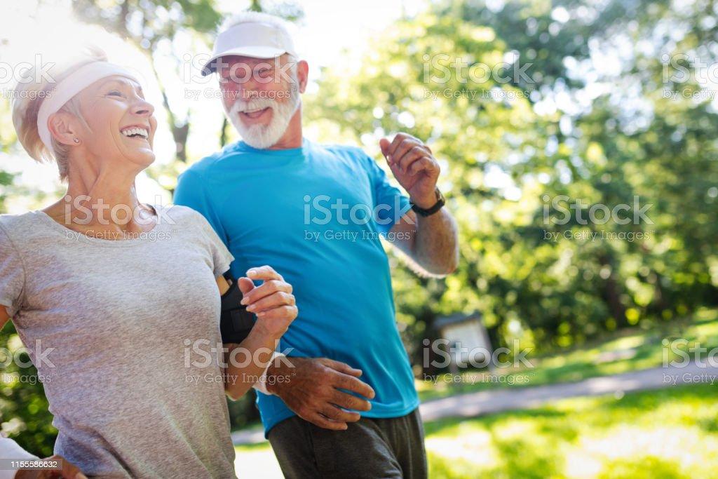 Pares maduros bonitos que movimentam-se na vida da natureza saudável - Foto de stock de Adulto royalty-free