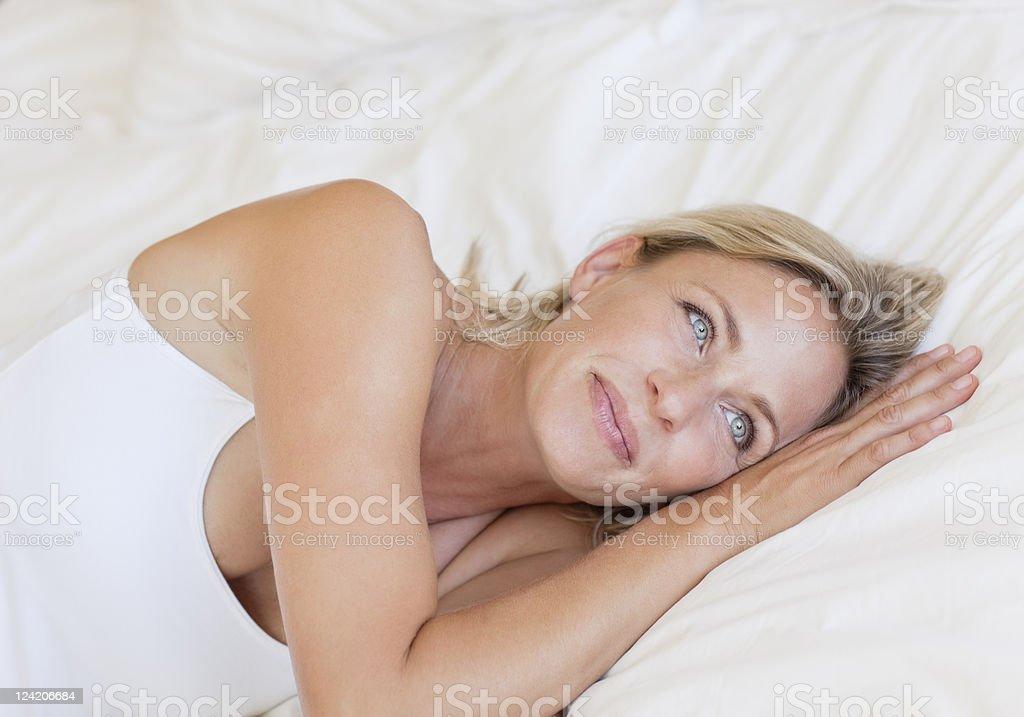Зрелая Женщина На Большой Кровати