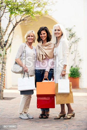 Belle donne mature shopping fotografie stock e altre for Foto di belle donne