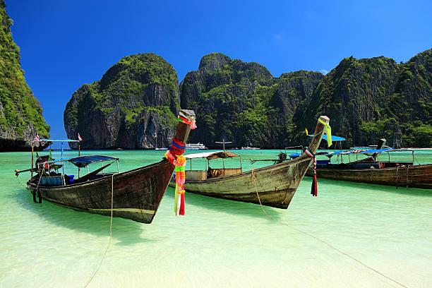 bela maya bay - beach in thailand - fotografias e filmes do acervo