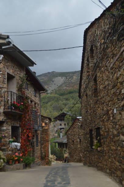 Schöne mittelalterliche Straßen mit Schieferbauten in Valverde De Los Arroyos. – Foto