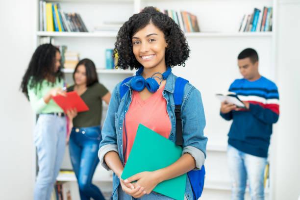 Hermosa estudiante mexicana con grupo de estudiantes - foto de stock