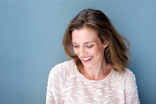 bela meados mulher adulta sorrindo com o agasalho - 35 39 anos - fotografias e filmes do acervo