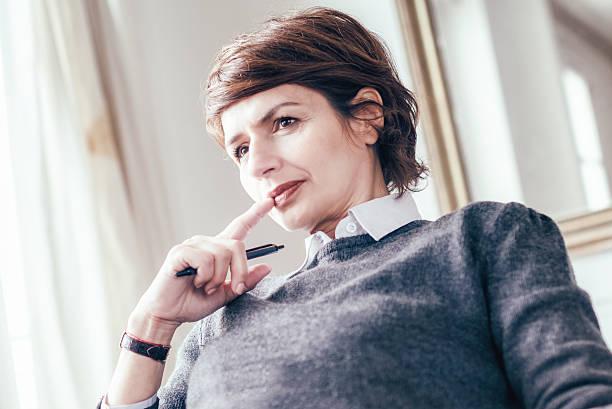 mi ans belle femme regardant d'affaires pensif français - directrice photos et images de collection