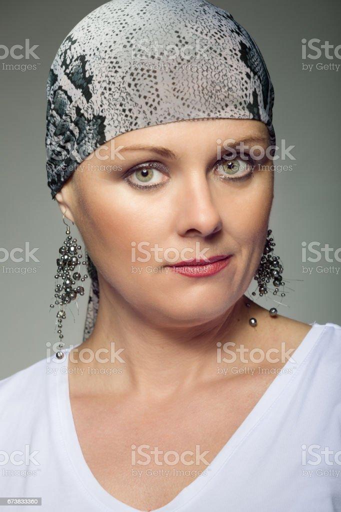 beau moyen age cancéreux de femme portant foulard photo libre de droits