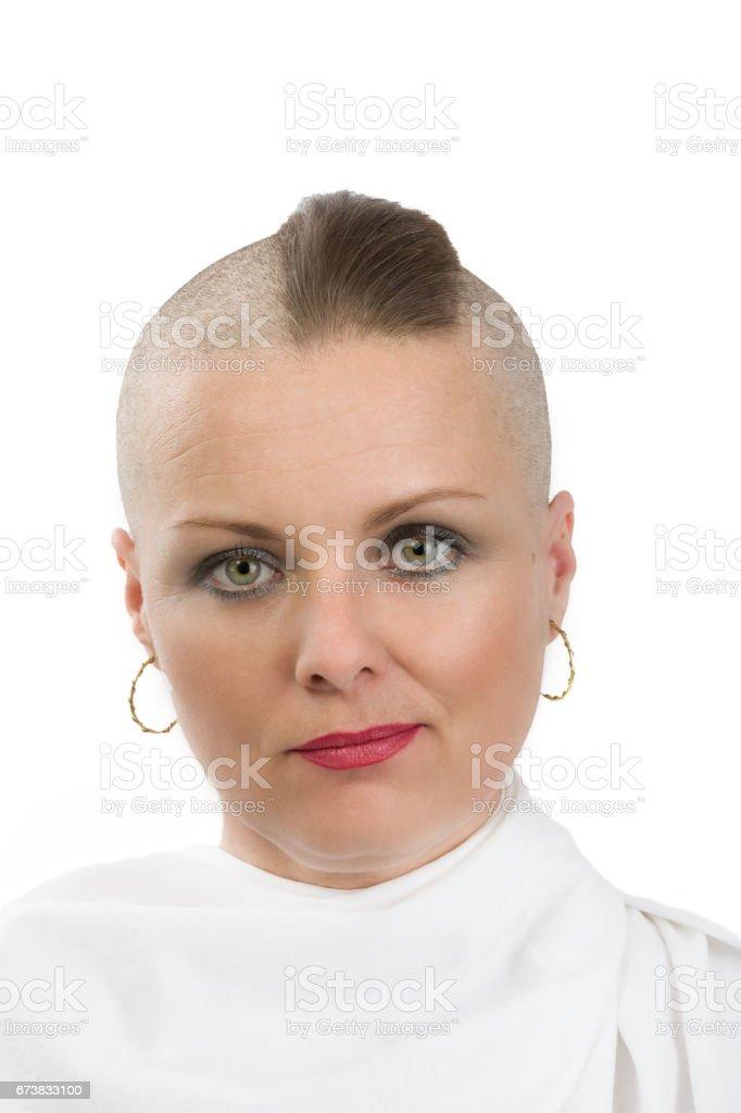 beau moyen age femme cancer patient sans cheveux photo libre de droits