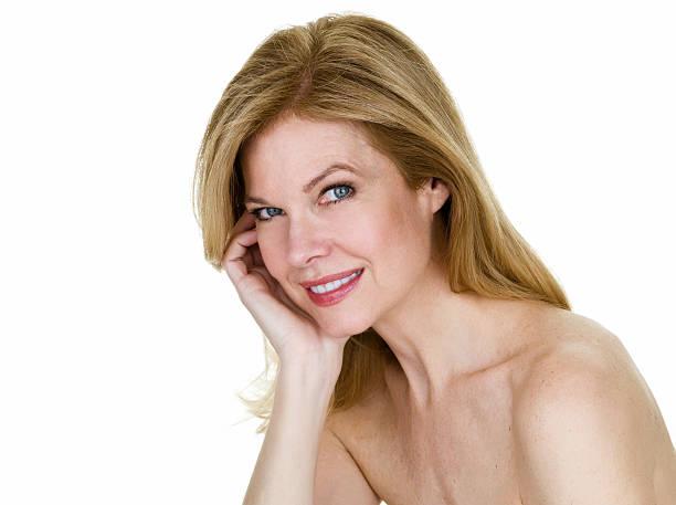 hermosa mujer de edad media - desnudos fotografías e imágenes de stock