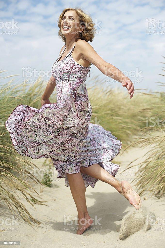 Schöne Mitte Alter Frau Tanzen im Freien – Foto