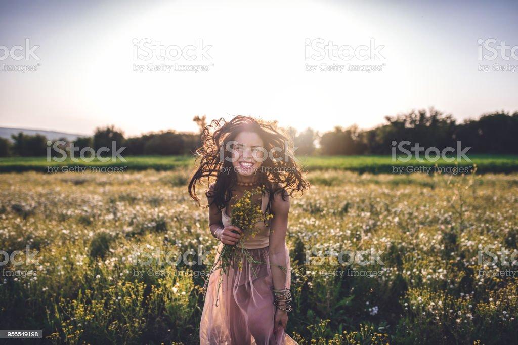 Schöne tausendjährigen Mädchen auf einer Wiese-Gebiet - Lizenzfrei Attraktive Frau Stock-Foto
