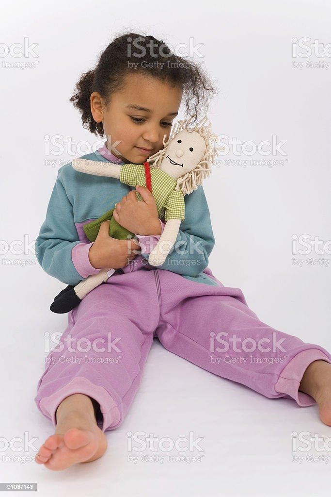 Mixed Race linda garota afro-americana tocando com o boneco - foto de acervo