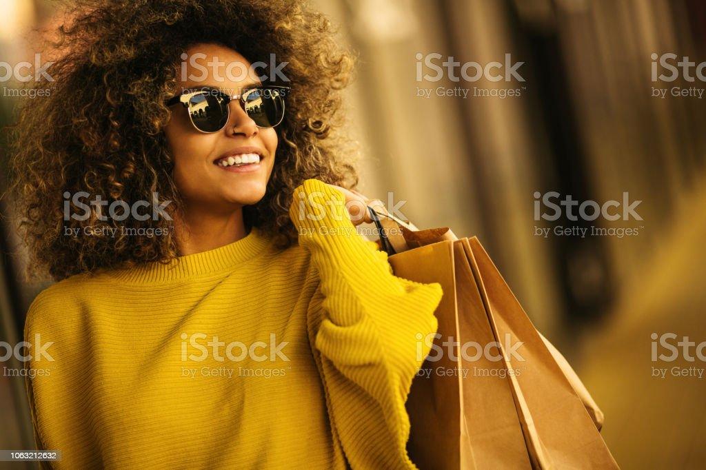 아름 다운 믹스 레이스 여자 쇼핑 가방을 들고 웃 고 - 로열티 프리 가방 스톡 사진