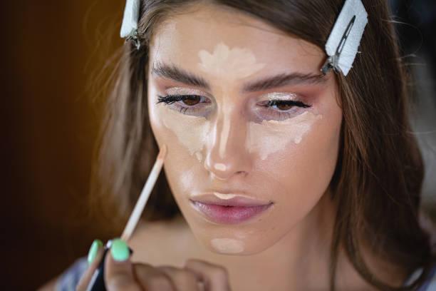 Schönes Modell wird ein Stiftung Make-up in einem Schönheitssalon angewendet – Foto