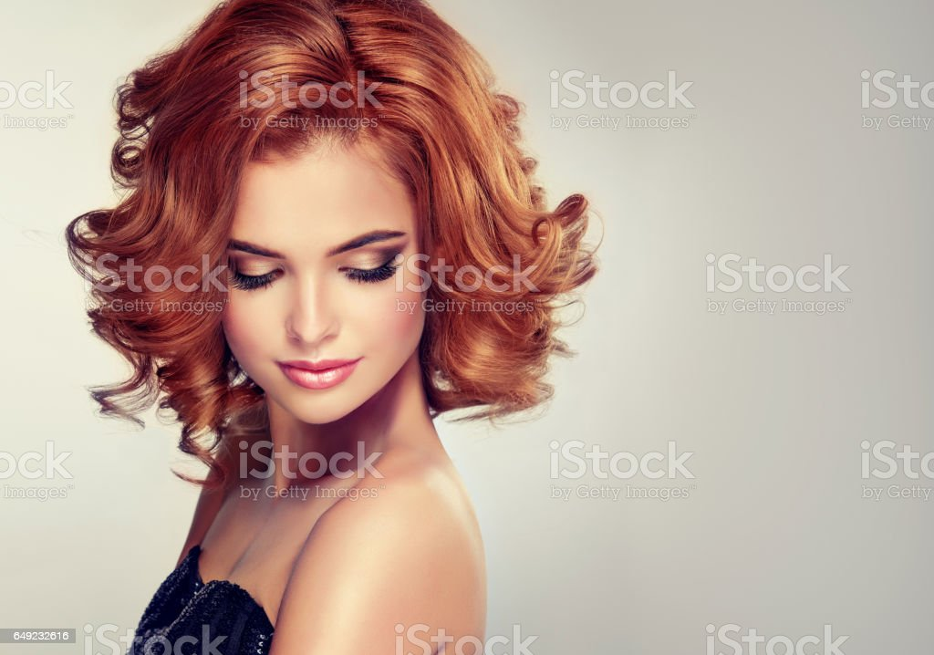Beautiful model brunette with middle length curled hair and bright make up. - foto stock