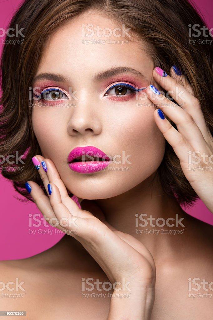 Modelo hermosa Chica con maquillaje de color rosa brillante y manicura - foto de stock