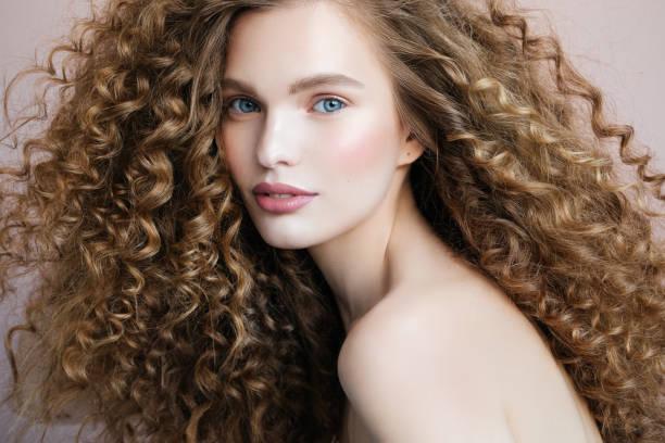 beautiful model - capelli ricci foto e immagini stock