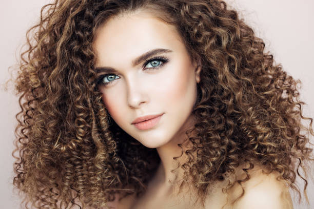 mooi model - curly brown hair stockfoto's en -beelden