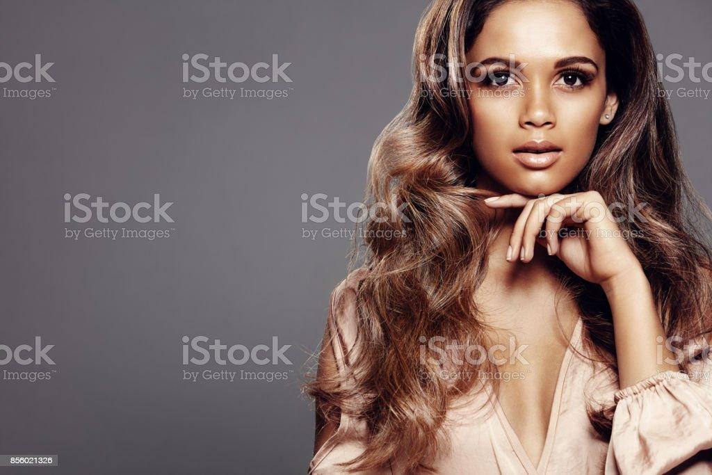 Bela modelo com pele perfeita e cabelos longos - foto de acervo