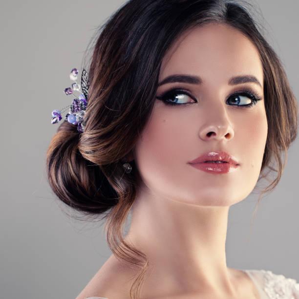 schöne modell frau verlobte mit braut frisur, make up und hairdeco. gesicht closeup - hochzeitsfrisur boho stock-fotos und bilder