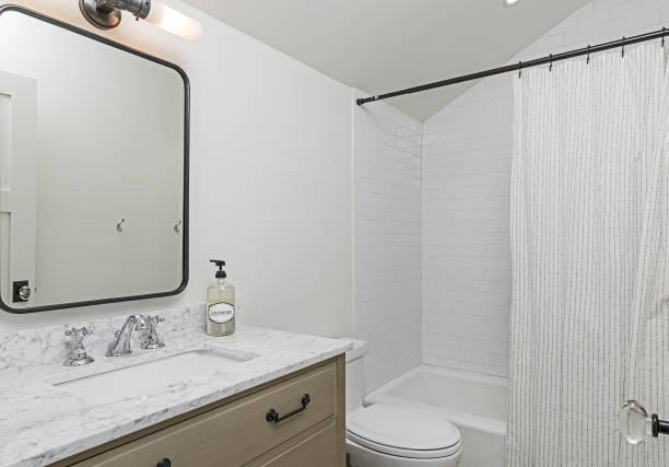 wunderschöne moderne badezimmer - badezimmer rustikal stock-fotos und bilder