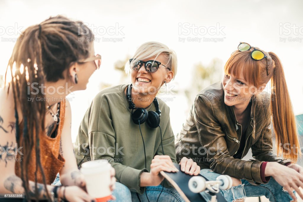 Schöne moderne blondes Mädchen mit ihren Freundinnen Lizenzfreies stock-foto