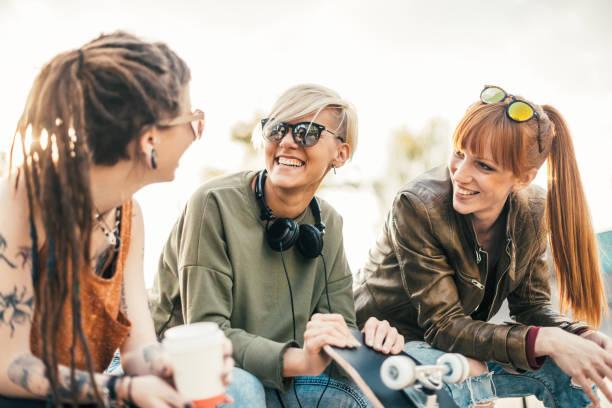 schöne moderne blondes mädchen mit ihren freundinnen - freundin tattoos stock-fotos und bilder