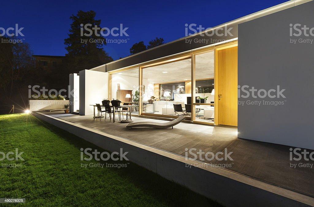 Bella casa moderna in cemento fotografie stock e altre for Casa moderna bella faccia