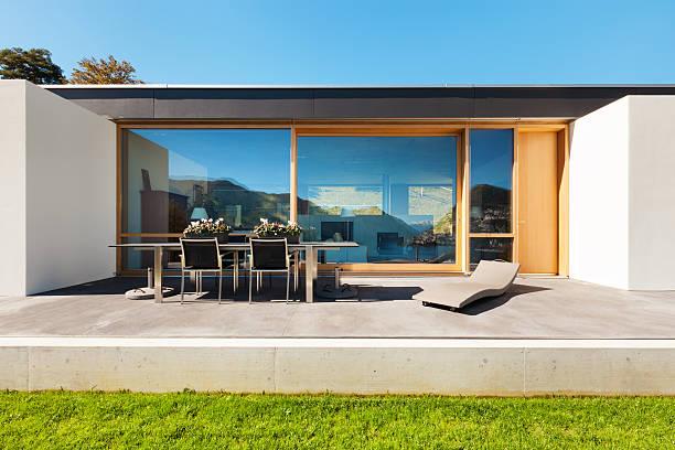 schönes modernes haus in zement - zement terrasse stock-fotos und bilder