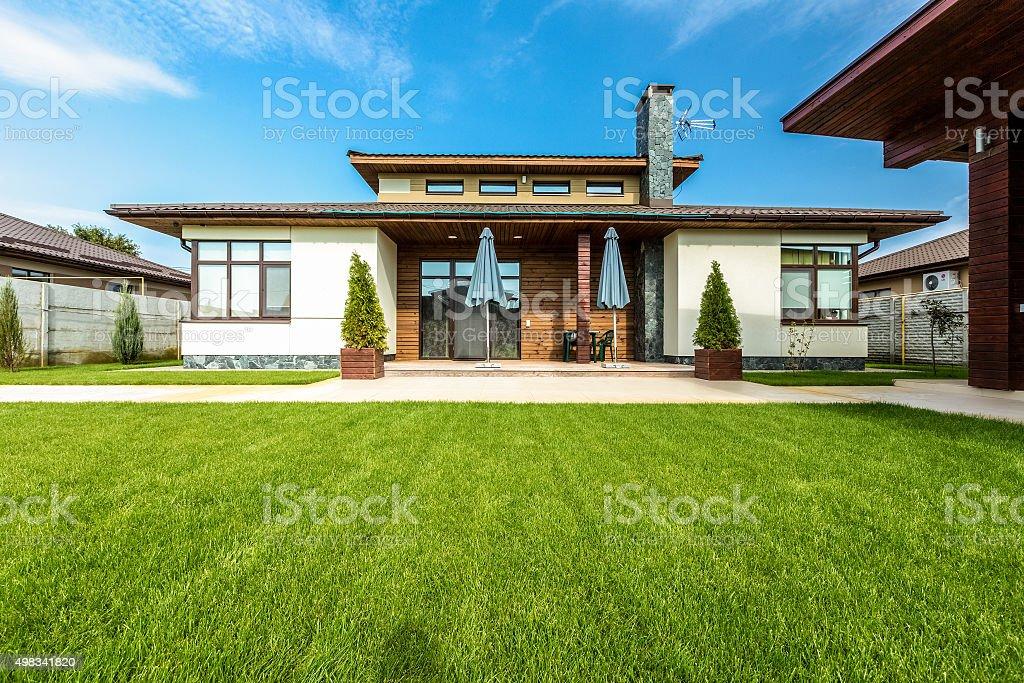 Bella casa moderna in cemento vista dal giardino for Casa moderna bella faccia