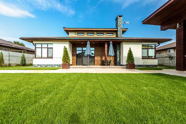 schönes modernes haus, zementfarbenes, blick auf den garten - terrasse grundstück stock-fotos und bilder