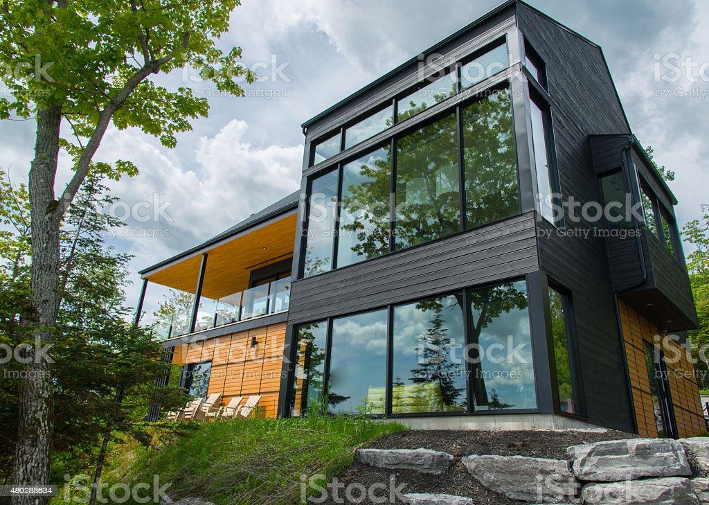 Linda moderna casa na floresta, ao ar livre - foto de acervo