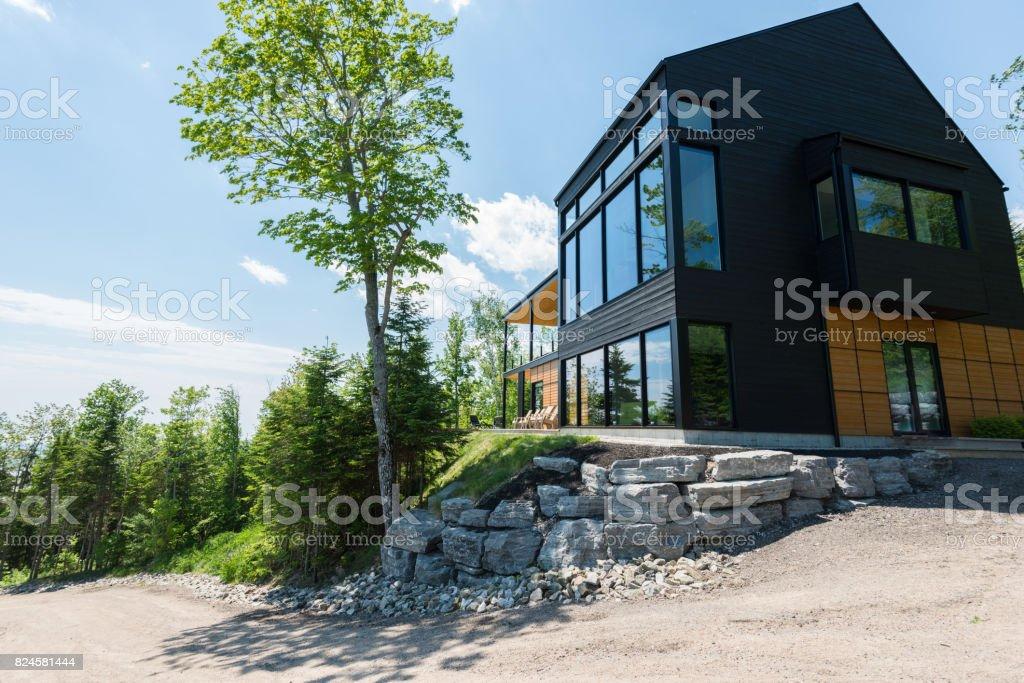 Photo libre de droit de Belle Maison Moderne Dans La Forêt banque d\'images  et plus d\'images libres de droit de {top keyword}