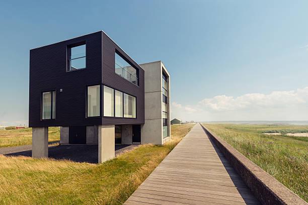 schönes modernes haus in der nähe vom strand - terrassen deck design stock-fotos und bilder