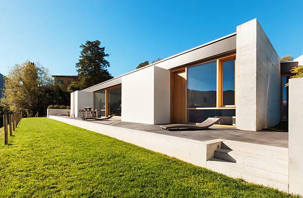 schönes modernes haus und im freien - zement terrasse stock-fotos und bilder