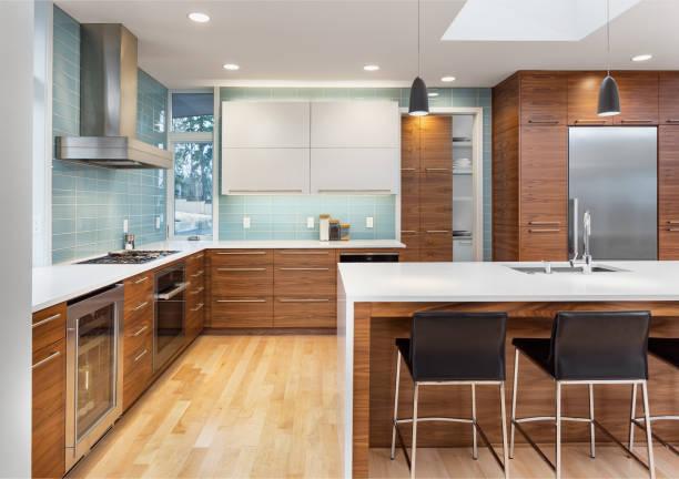 vackert modernt kök i ny modern stil lyx hem, med ö, hängande ljus, trä golv och rostfria vitvaror. funktioner blå tonen kakel som sträcker sig till taket - looking inside inside cabinet bildbanksfoton och bilder