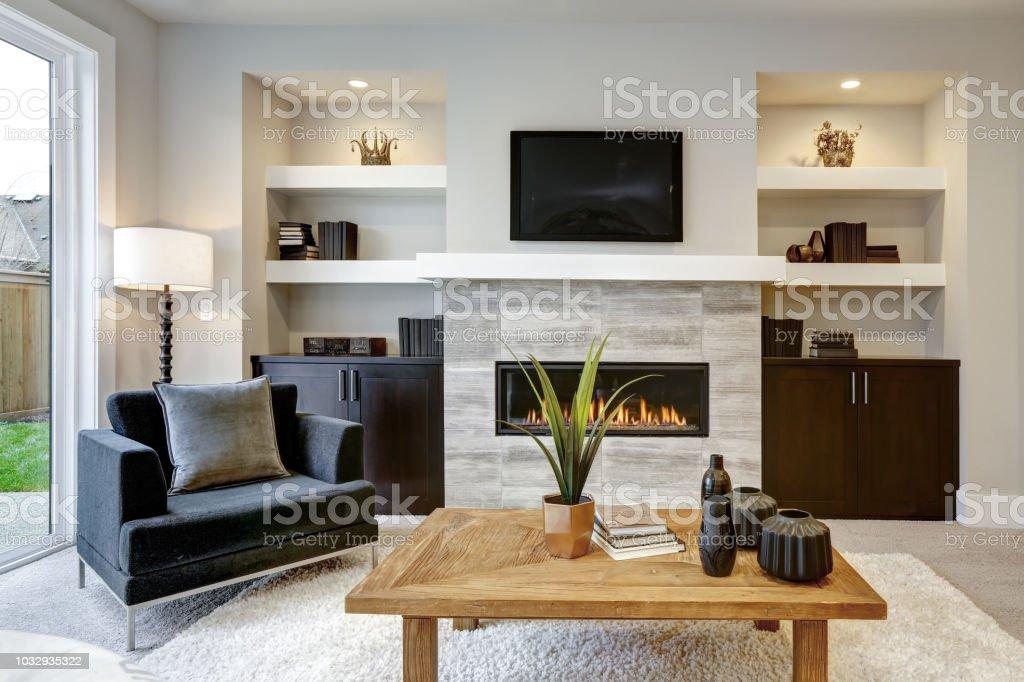 Schone Moderne Wohnzimmer Interieur Mit Steinmauer Und Kamin Im Luxushaus Stockfoto Und Mehr Bilder Von Architektur Istock