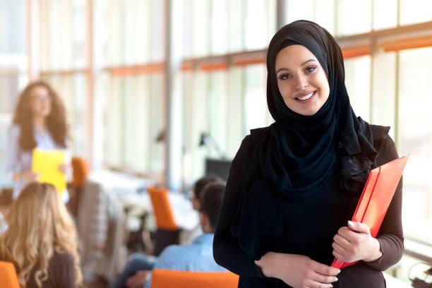 美麗的現代穆斯林女實業家肖像在辦公室 - emirati woman 個照片及圖片檔