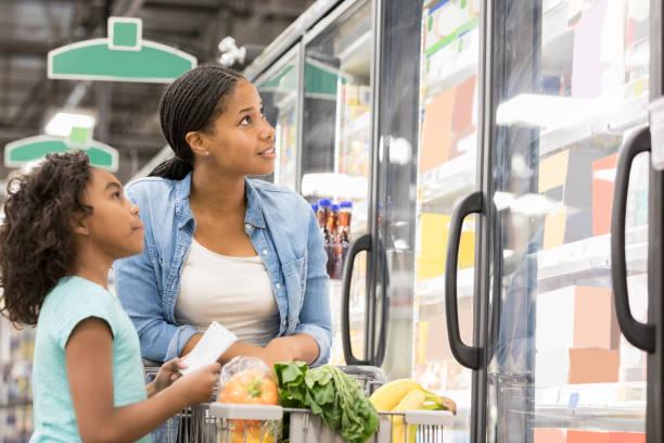 아름 다운 엄마와 딸 함께 식료품이 게 - 냉동식품 뉴스 사진 이미지