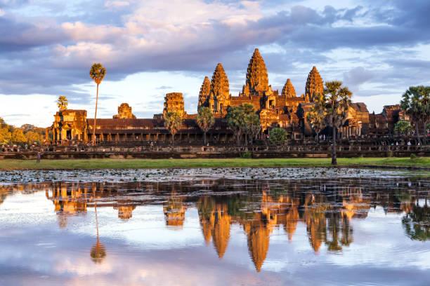Schönen Moment mit Reflexion von Angkor Wat auf der Seeoberfläche während der Sonnenuntergang Zeit in Siem reap, Kambodscha – Foto