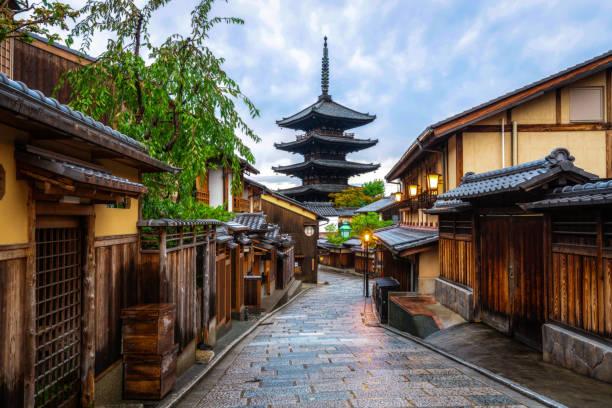 hermosa mañana en la pagoda de yasaka y la calle sannen zaka en verano, kioto, japón. - kyoto fotografías e imágenes de stock