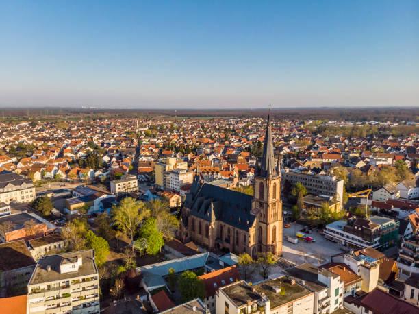Schöner Morgenblick auf den zentralen Teil von Viernheim. Alte katholische Kathedrale. Orange Gelieste Dächer von Häusern. Deutschland. – Foto