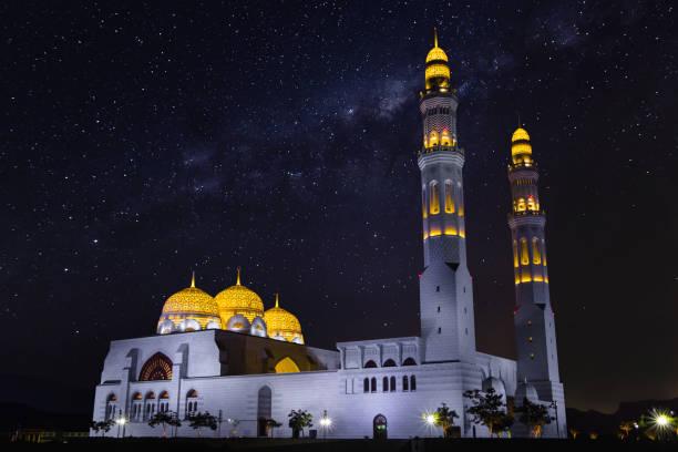 wunderschöne moschee in der nacht in oman - maskat stock-fotos und bilder