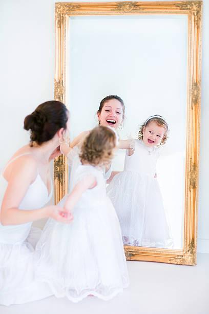 schöne mutter und tochter in einem spiegel - hochzeitsspiele eltern stock-fotos und bilder