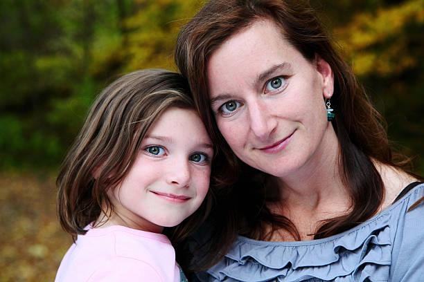 piękna mama i córka patrząc na kamery - judaizm zdjęcia i obrazy z banku zdjęć
